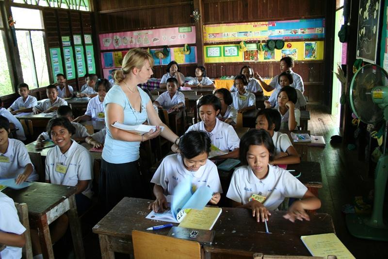Bénévole donnant une classe