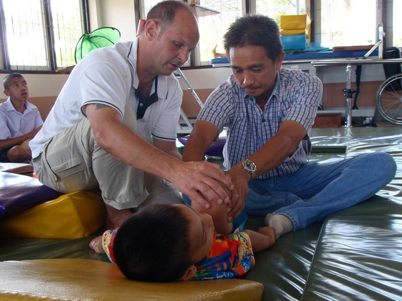 Kinésithérapeute volontaire dispensant des soins