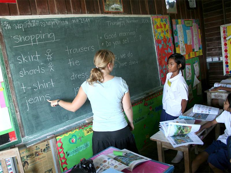 Volontaire donnant un cours d'anglais