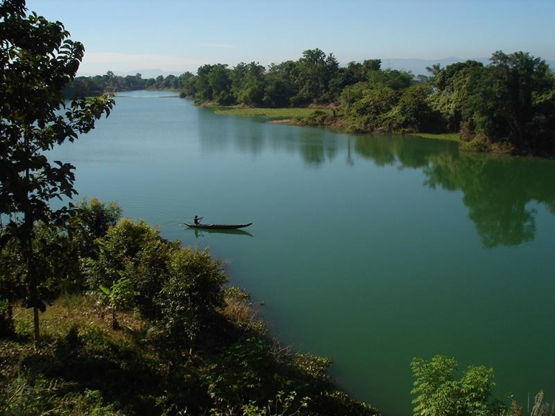 Una barca che attraversa il lago Kaptai in Bangladesh