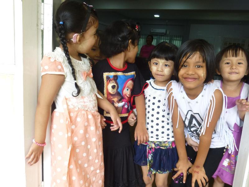 Giovani studentesse del monastero di Dala in Birmania