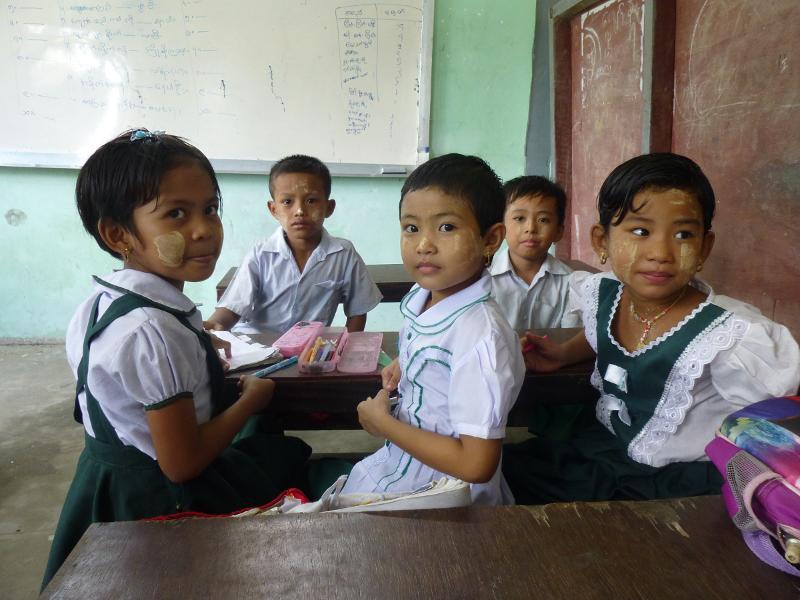 Studenti del monastero di Dala prima di una lezione