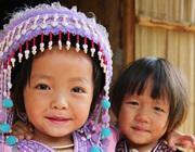 Bambini con abiti tradizionali