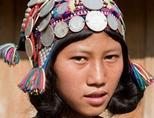 Una ragazza indossa abiti tradizionali in Laos