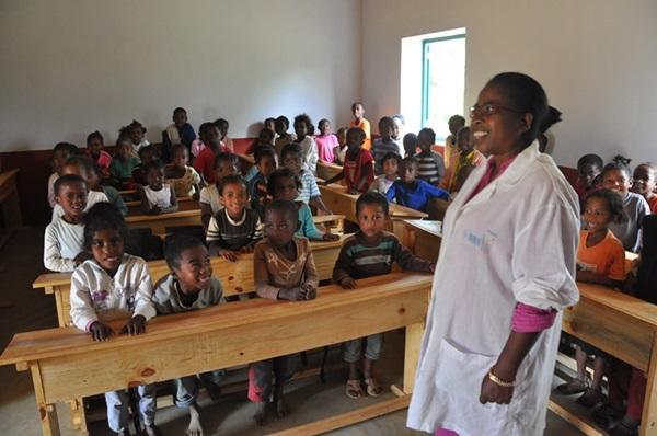 I bambini di una scuola locale in Madagascar con la loro insegnante.