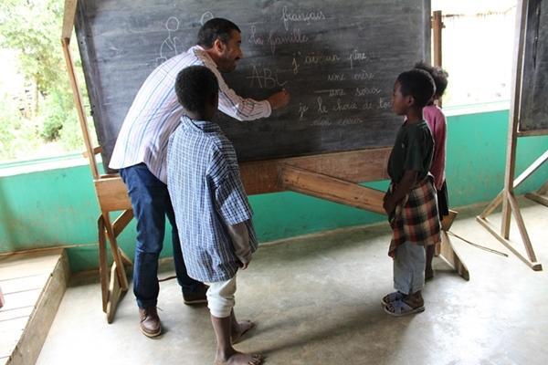 Un membro dello staff di Projects Abroad insegna in una scuola locale in Madagascar.