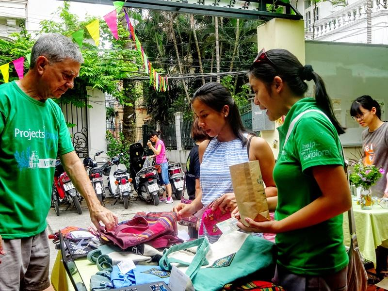 I volontari di Projects Abroad del progetto di economia al mercato locale