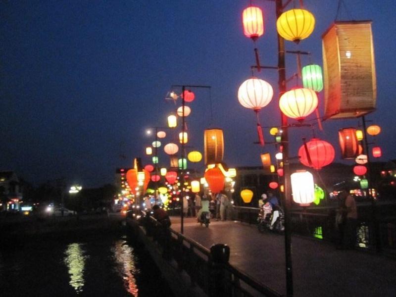 Una strada illuminata dalle lanterne