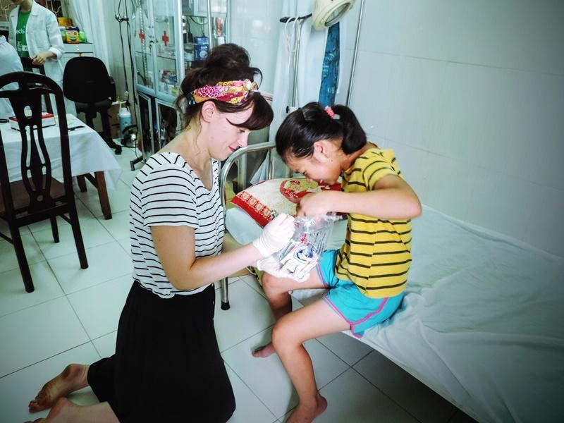 La volontaria Jillian McGill durante le attività nel progetto di volontariato medico in Vietnam