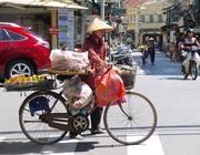 Un locale vende frutta nelle strade di Hanoi