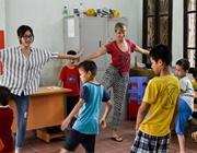 Una volontaria italiana fa esercizi con la sua classe in Vietnam