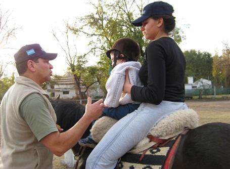 乗馬セラピーで障がいのあるアルゼンチンの子供を馬に乗せるプロジェクトアブロードのボランティア