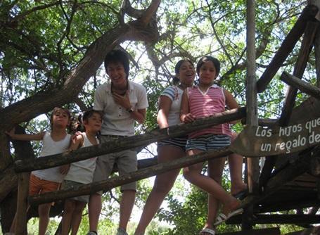 ケアプロジェクトで子供たちと遊ぶアルゼンチンの日本人ボランティア