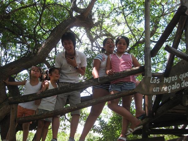 アルゼンチンのケアプロジェクトで子供たちと木に登って遊ぶボランティア