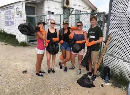 ベリーズの環境問題に取り組む!ビーチのゴミ拾いに励むボランティアたち