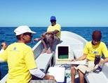 ベリーズの海でデータ回収する科学者たち