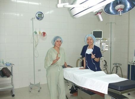 医療プロジェクトの病院で活動するプロジェクトアブロードの日本人ボランティア