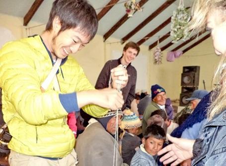 ボリビアで現地の人々との交流を楽しむプロジェクトアブロードのボランティア