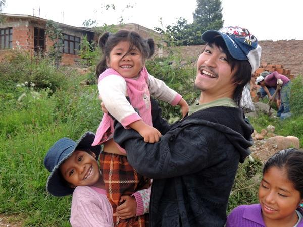 ボリビアで子供と遊ぶ日本人ボランティア