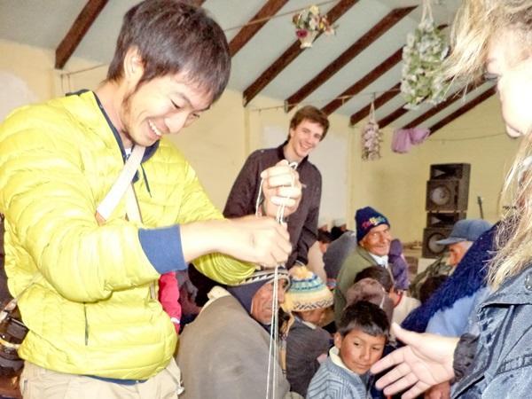 ボリビアで現地の人々と交流する日本人ボランティア