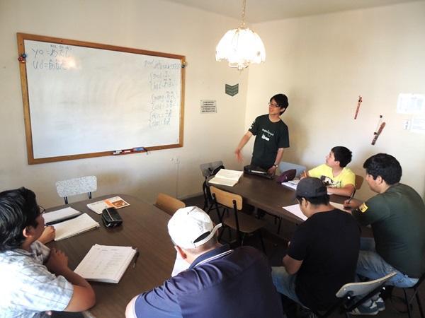ボリビアの教育プロジェクトで日本語を教えるボランティア