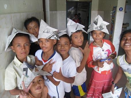 カンボジアで活動するケアボランティアと子供たち
