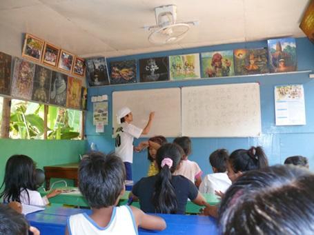 カンボジアで日本語教育を行うボランティア
