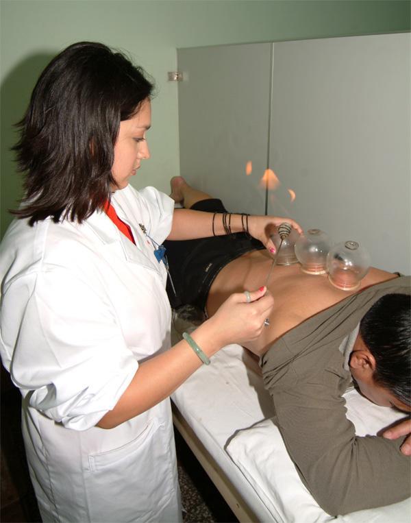 中国の病院で伝統医療の施術を行うプロジェクトアブロードの医療インターン