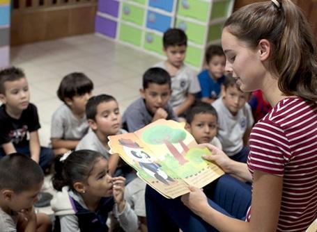 ケアプロジェクトでコスタリカの子供たちに絵本を読むプロジェクトアブロードのケアボランティア