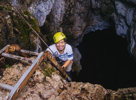 環境保護プロジェクトで洞窟内で活動するプロジェクトアブロードの日本人ボランティア