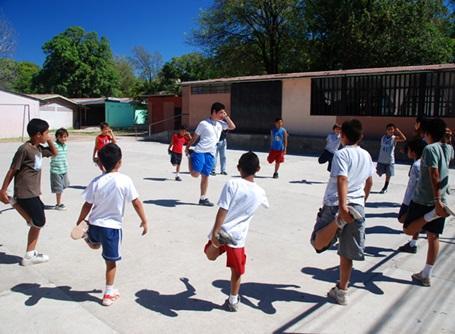 スポーツプロジェクトでコスタリカの子供たちにスポーツを教えるプロジェクトアブロードのボランティア