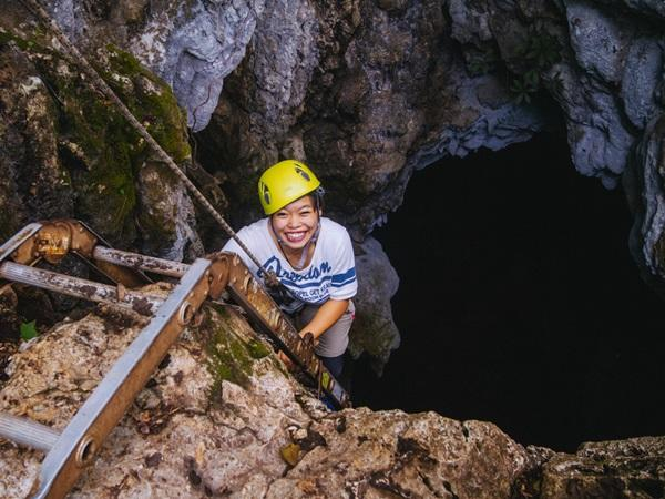 コスタリカの熱帯雨林環境保護プロジェクトで洞窟内を調査するボランティア