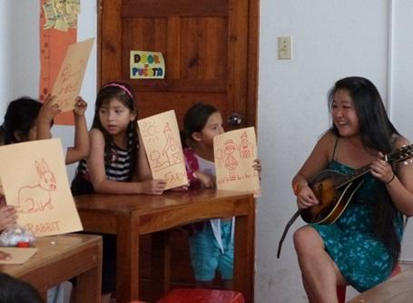教育プロジェクトで音楽を教えるプロジェクトアブロードのボランティア