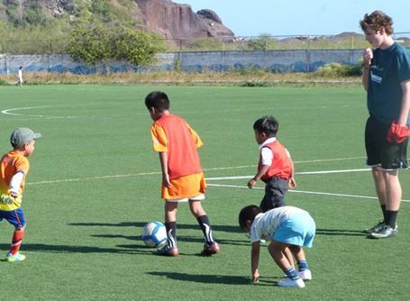 スポーツプロジェクトでエクアドルの子供たちにサッカーを教えるプロジェクトアブロードのボランティア