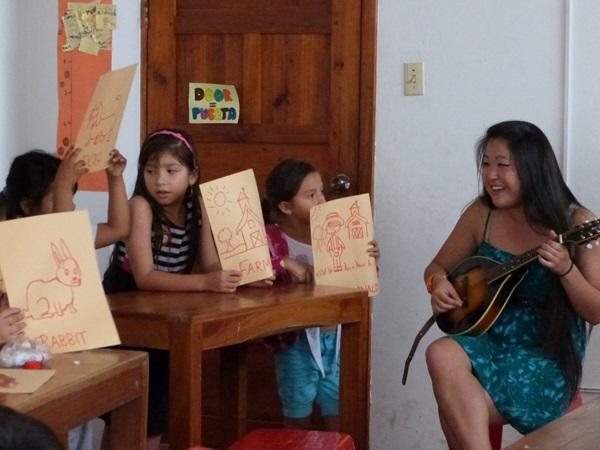 エクアドルのガラパゴス諸島で行われている教育プロジェクトで音楽を教えるボランティア