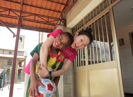 ケアプロジェクトで活動しているプロジェクトアブロードの女性ボランティア