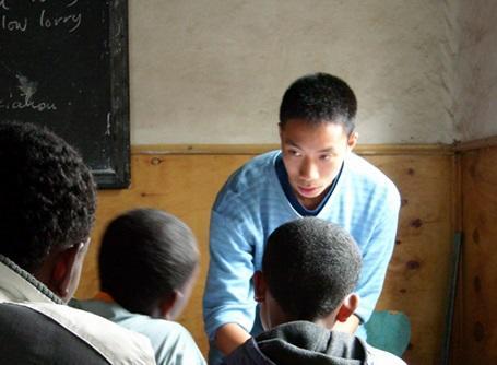 教育プロジェクトでエチオピアの学校で英語を教えるプロジェクトアブロードのボランティア