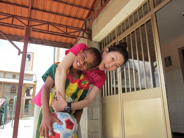 エチオピアのケアプロジェクトで活動している日本人ボランティアと現地の子供