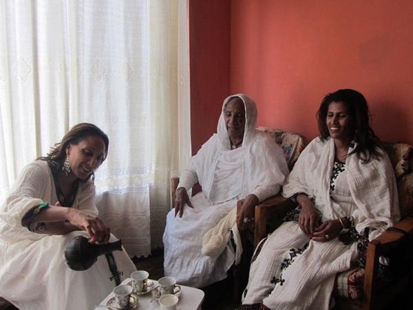 エチオピアの伝統文化、コーヒーセレモニーをする現地人女性たち