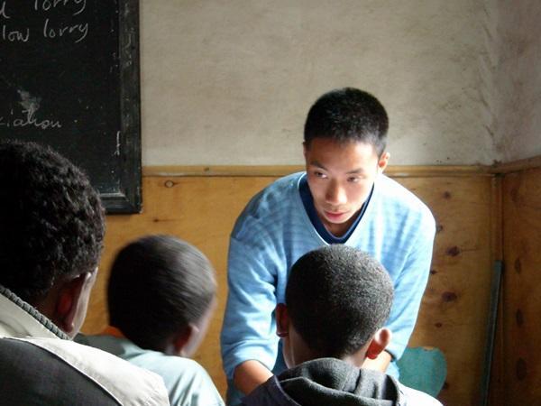 エチオピアの学校で英語を教える教育ボランティア