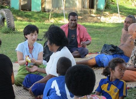 栄養管理インターンシップで地元の人から聞き取りを行うプロジェクトアブロードの医療インターン