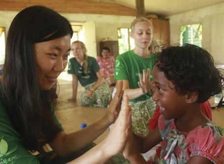 ケアプロジェクトで子供と遊ぶプロジェクトアブロードのボランティア