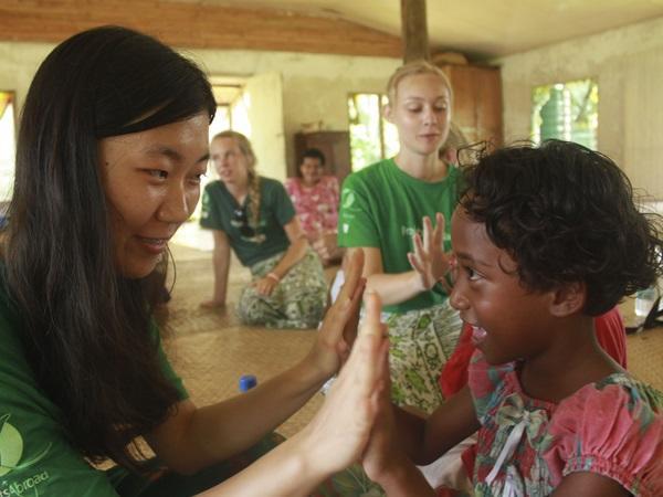 フィジーのケアプロジェクトで子供と遊ぶボランティア