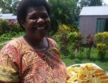 フルーツを持ったフィジー人の女性