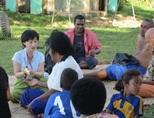 フィジーの医療プロジェクトで地元の人々の健康調査を行うインターン