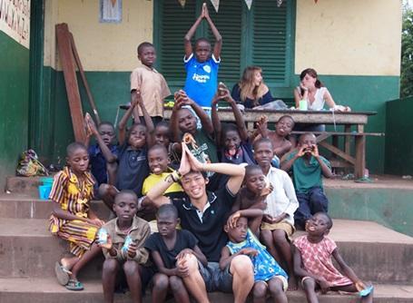 ケアプロジェクトでケアセンターの子供と遊ぶプロジェクトアブロードのボランティア