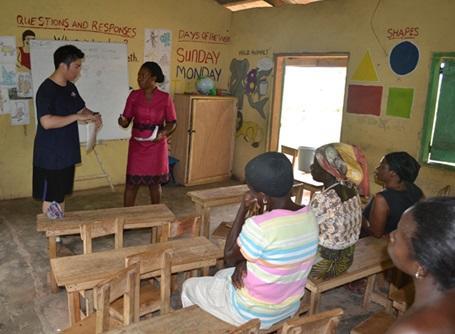 マイクロファイナンスプロジェクトで田舎の村でワークショップを行う日本人ボランティアと地元の人々