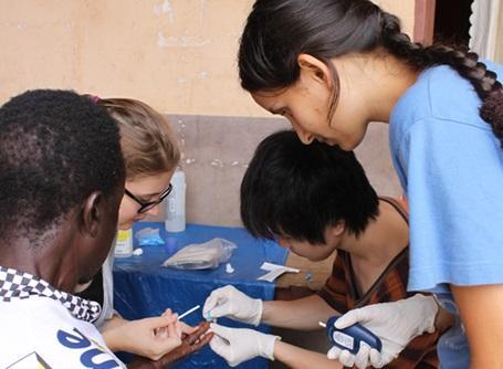 公衆衛生プロジェクトでガーナの人の感染症の簡易検査を行うプロジェクトアブロードのボランティア