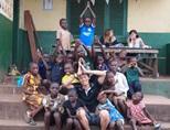ガーナのケアセンターで子供たちと遊ぶケアボランティア