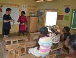 ガーナのマイクロファイナンスプロジェクトで地元の人にワークショップを行うインターン